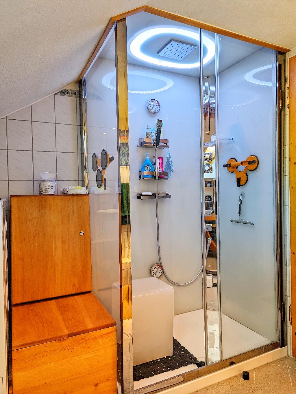... und Badewanne mit Dusche