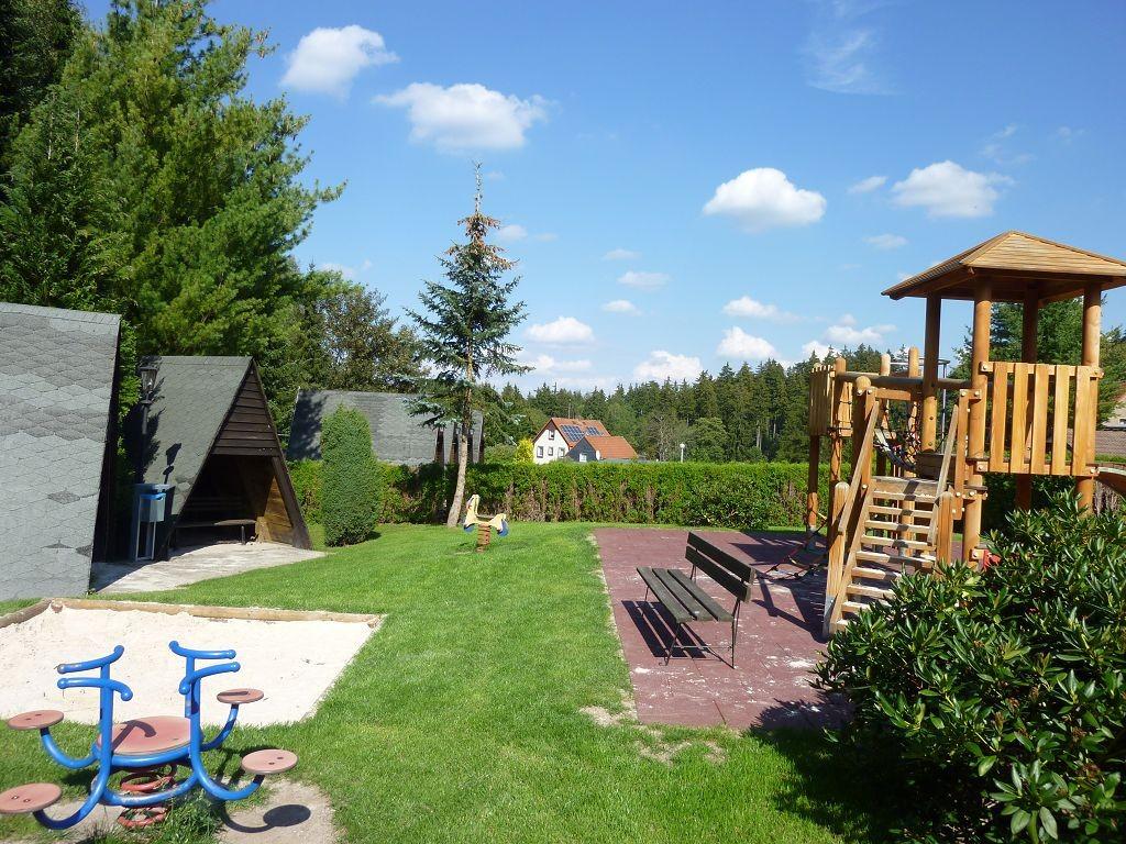 Kinderspielplatz und Bolzplatz