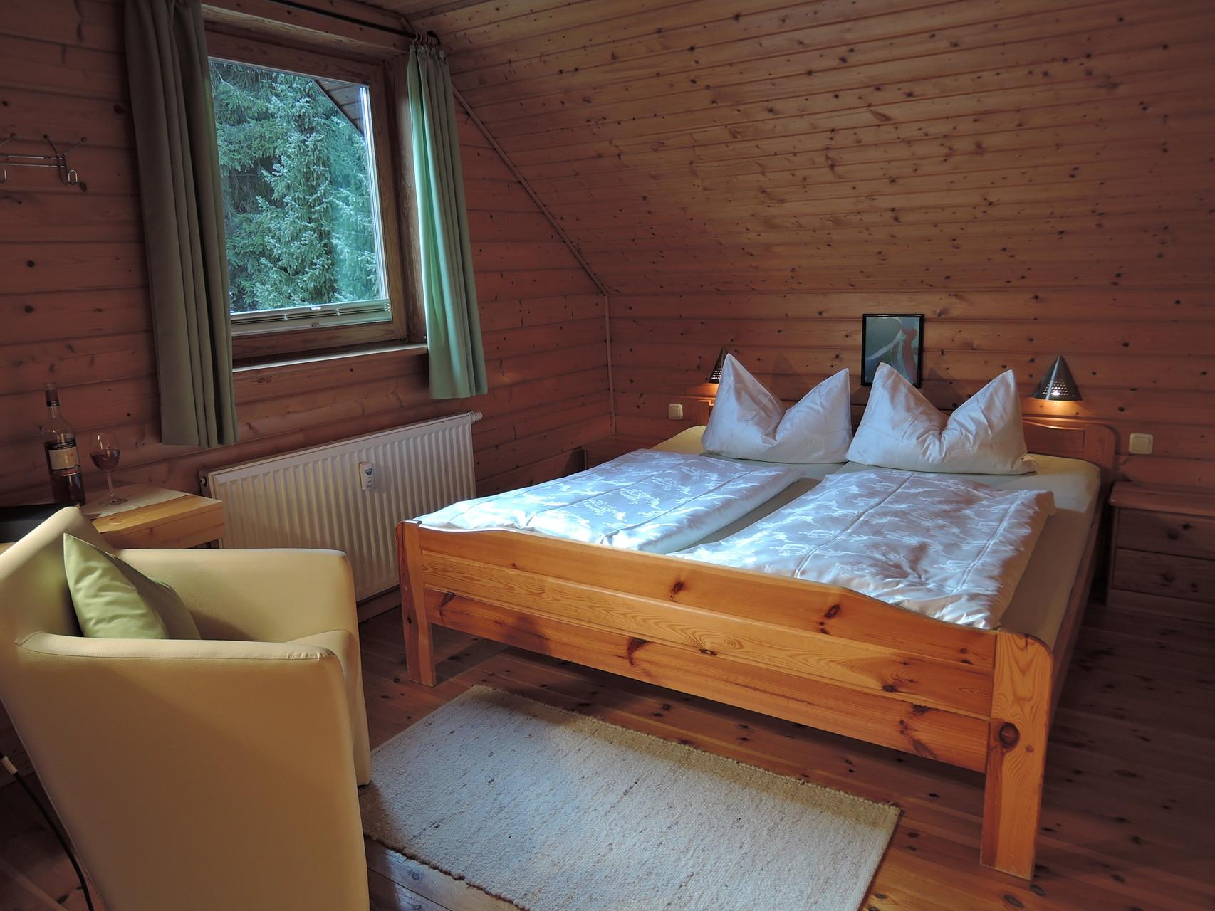 Elternschlafzimmer mit Kinderbett