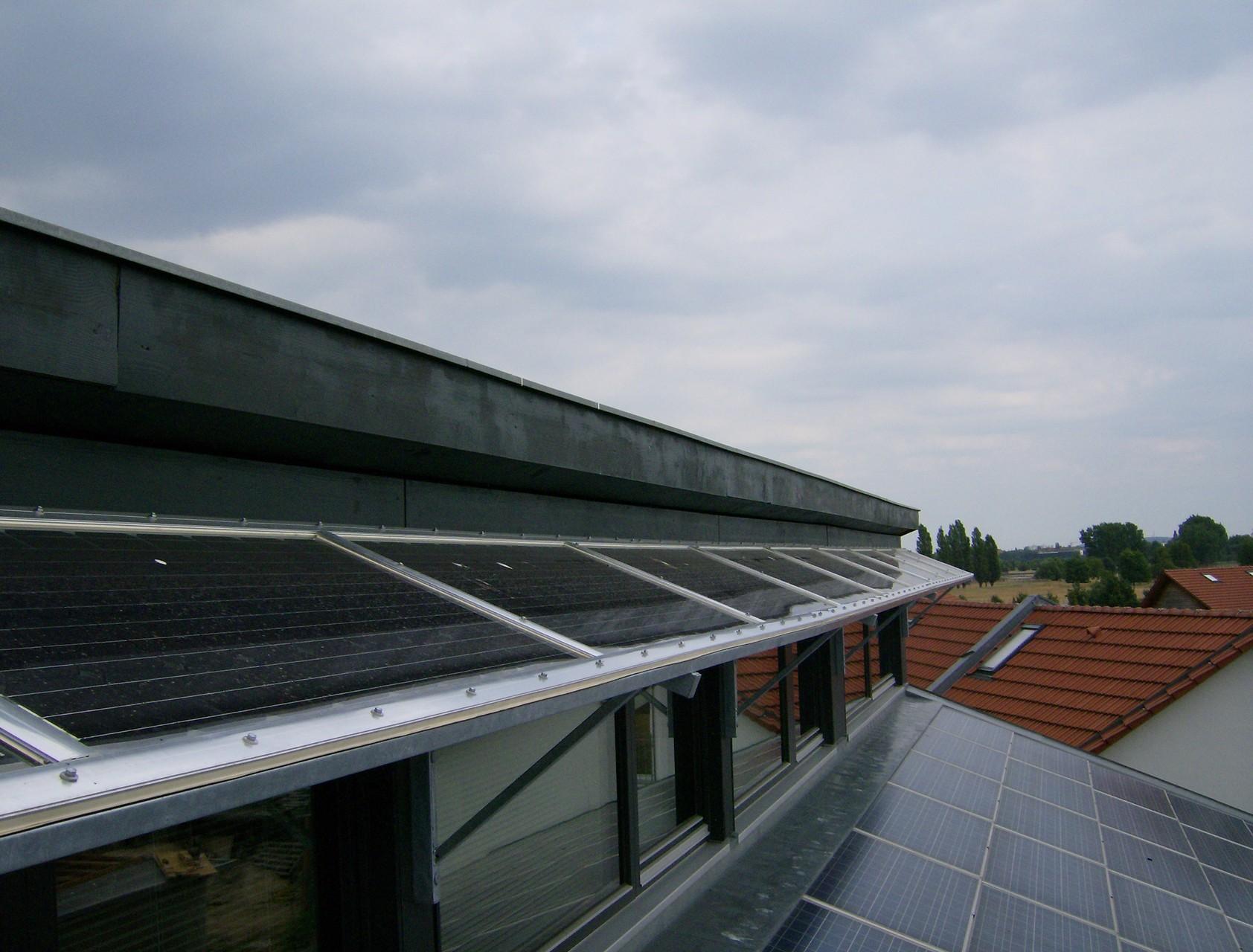 Verschattungssystem mit Glas/Glas Modulen Solarwatt und Indachlösung in Berlin