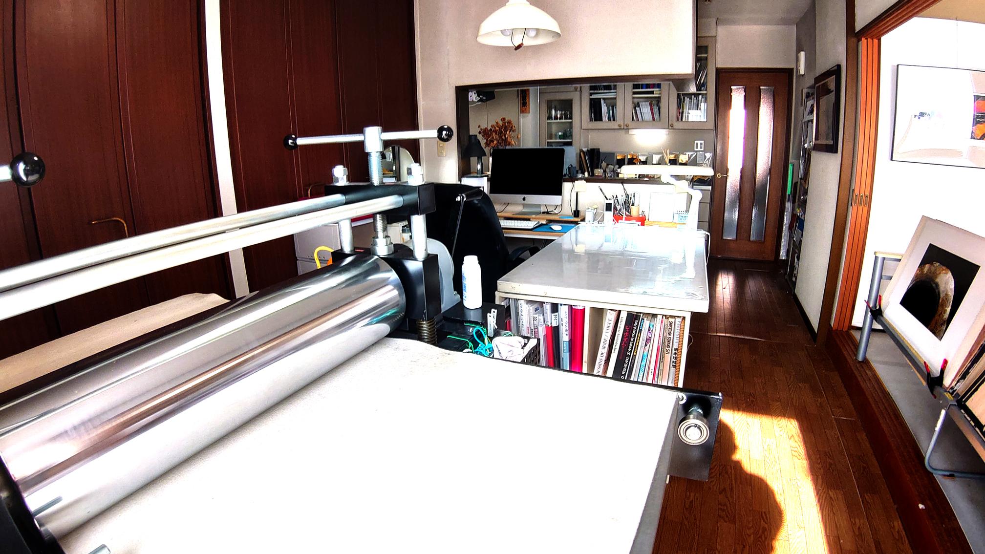 プレス機と私の作業台です。作業台の横には、I MACを1代設置。これで作品を制作します。
