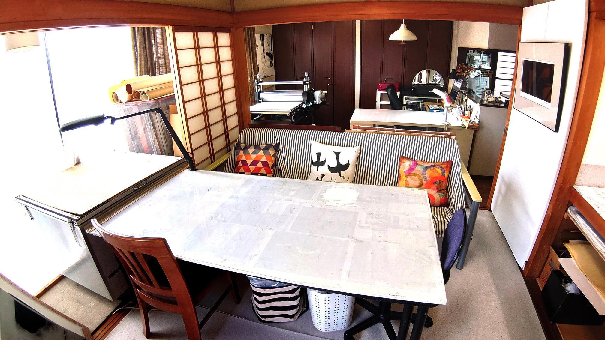 生徒さんの作業台兼リビングテーブル。背後は、私の作業台と版画のプレス機です。