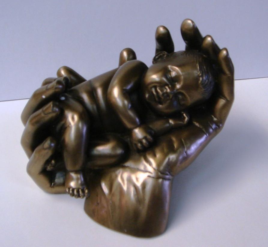 Baby in handen brons  € 24,95