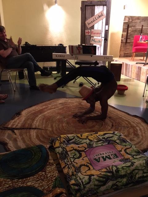 Ein Akrobat aus Tansania.