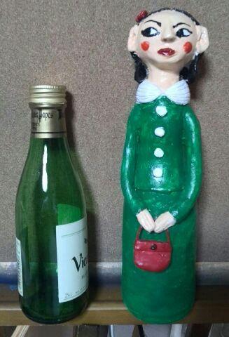 小さなワインのビンと作った女の子
