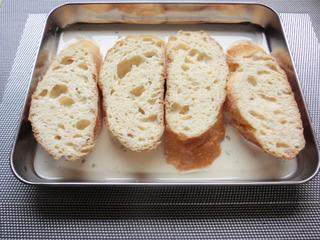 フランスパンを牛乳に浸す
