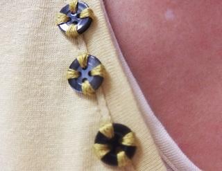 ボタンの穴に刺繍糸を通す