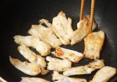 薄切り鶏をフライパンで焼く