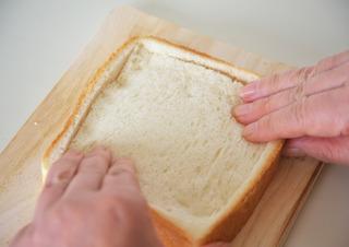 パンをくぼませる