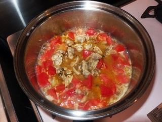 トマトを加えて煮込む