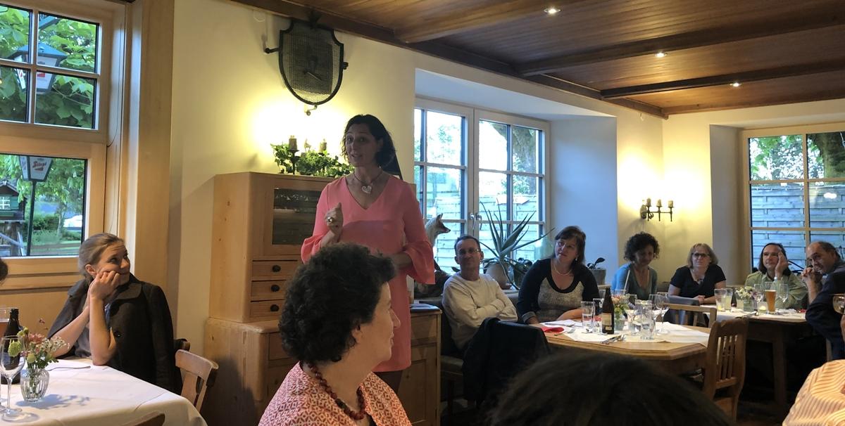 Helga erzählt Märchen von der Liebe im Gasthof Gamsjaga