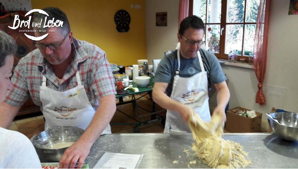 Teig kneten beim Intensiv-Brotbackkurs