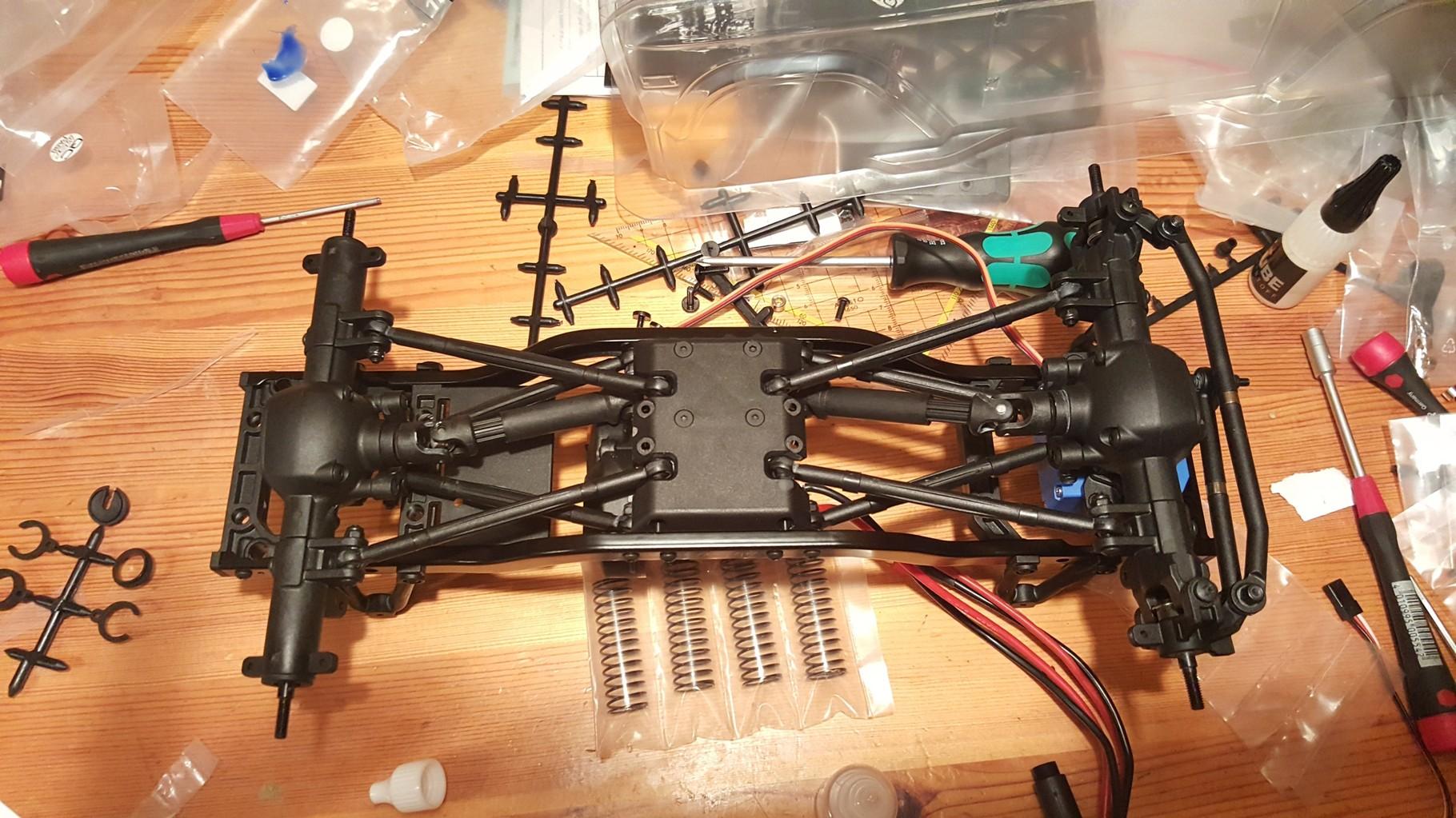 MST CMX - Montieren der Achsen und Links am Rahmen