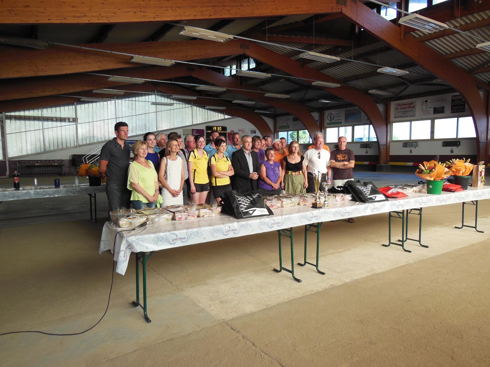 Les finalistes entourés des élus de la municipalité de Privas