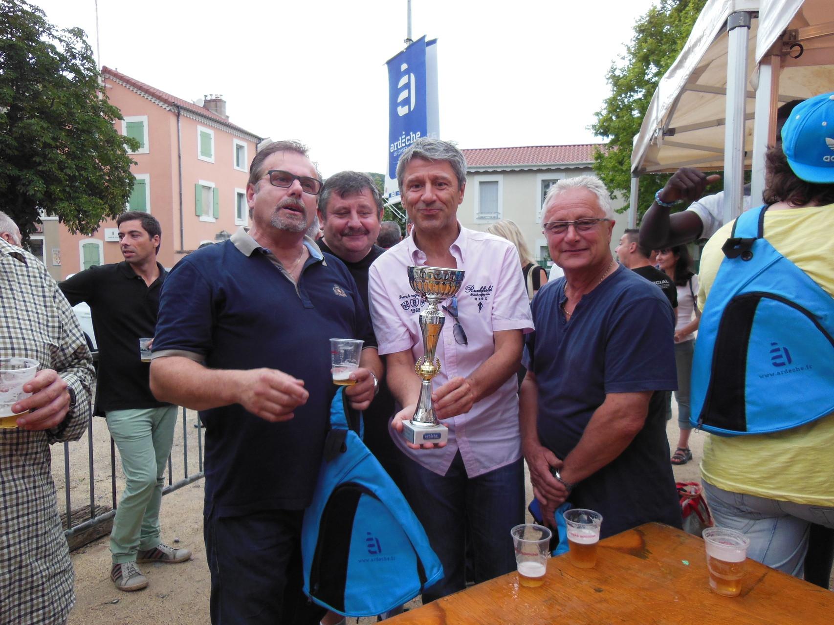 Monsieur le Préfet de l'Ardèche remet la coupe