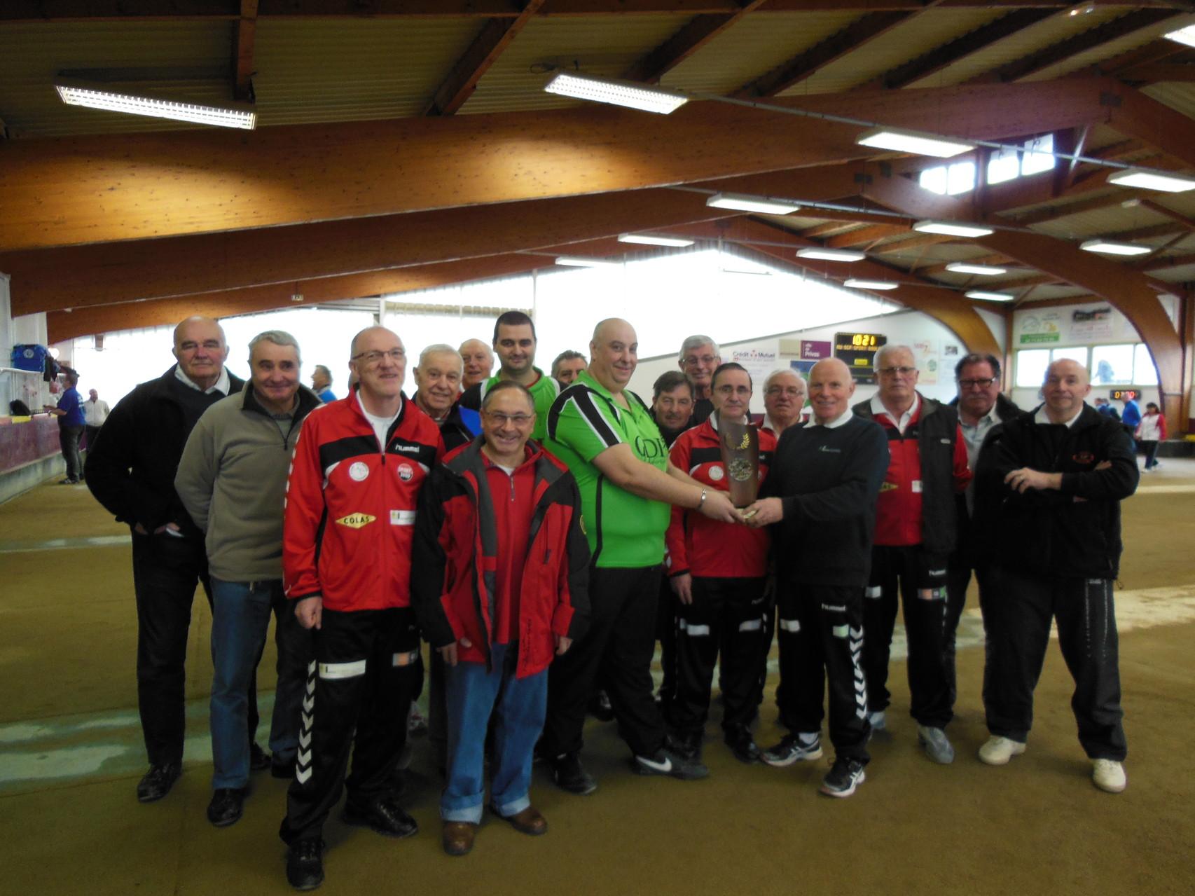 Pat Verne remet le trophée aux bénévoles du SCP Sport boules