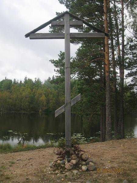 """Памятный крест на местах бывших боёв - один из многих импровизированных памятных сооружений """"незнаменитой войны""""..."""