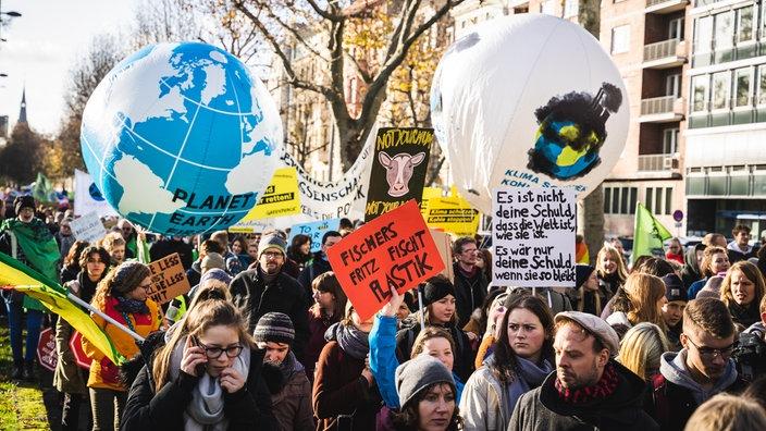 Die größte Demo in NRW findet in Köln statt. Die angepeilte Teilnehmerzahl von 20.000 kann laut Polizei aber nicht erreicht werden.