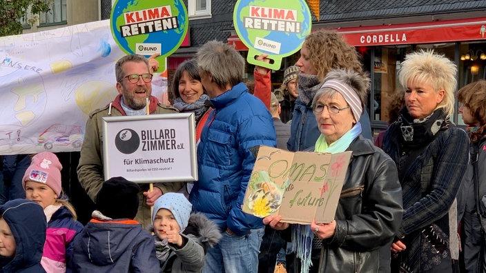 Eine der vielleicht kleinsten Demos im Land gibt es in Wermelskirchen. Ohne viel Werbung vorab, wie die Organisatoren sagen, sind rund 60 Demonstranten gekommen. Darunter auch die Kinder einer Kita.