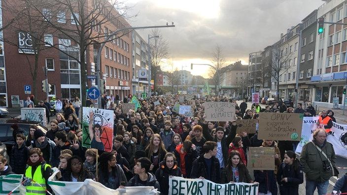 """In Dortmund zieht ein bunter Demozug mit rund 6.000 Teilnehmern quer durch die Stadt. """"Wir machen Stimmung fürs Klima"""", sagt Sprecher Julius Obhues. """"Alle Generationen sind vertreten."""""""
