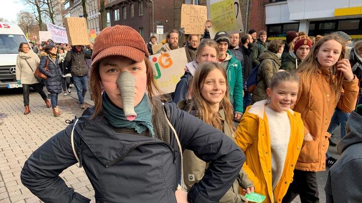 """Rieke Spündel aus Münster macht als """"Elefant"""" auf das große und schwere Thema Klimawandel aufmerksam."""