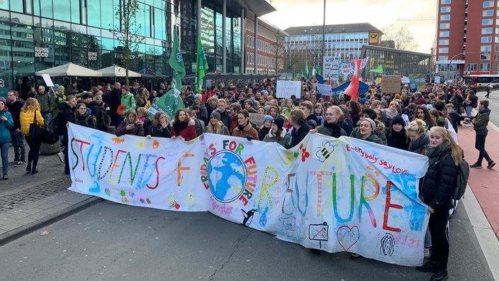 Etwa 7.500 Menschen gehen in Münster auf die Straße. Dort haben auch viele Eltern - Parents for Future - zum Protest aufgerufen. Es sei keine Zeit mehr zu verlieren auch in den Städten, die für 80 Prozent aller Treibhausgas-Emissionen verantwortlich seien