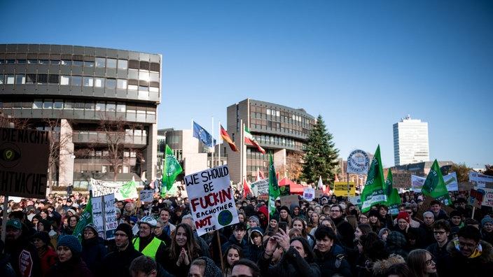 In Düsseldorf versammeln sich die Demonstrierende vor dem Landtag und verlangen lautstark von der Politik mehr Einsatz für den Klimaschutz