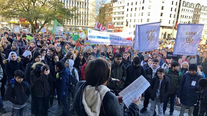 In Wuppertal-Elberfeld laufen rund 1.500 Teilnehmer über die Hauptverkehrsstraße B7. Dann geht es weiter zu einer Kundgebung.