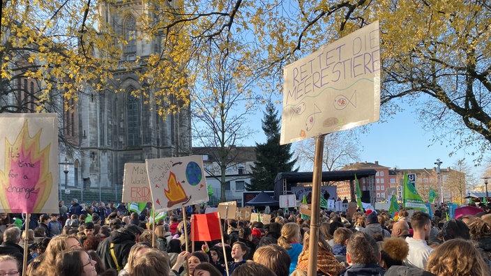 Am Viehofer Platz in Essen halten Wissenschaftler Reden, bevor der Demonstrationszug mit knapp 4.000 Teilnehmern startet. Mit dabei sind Studierende, Eltern, Betriebe und viele Schülergruppen.