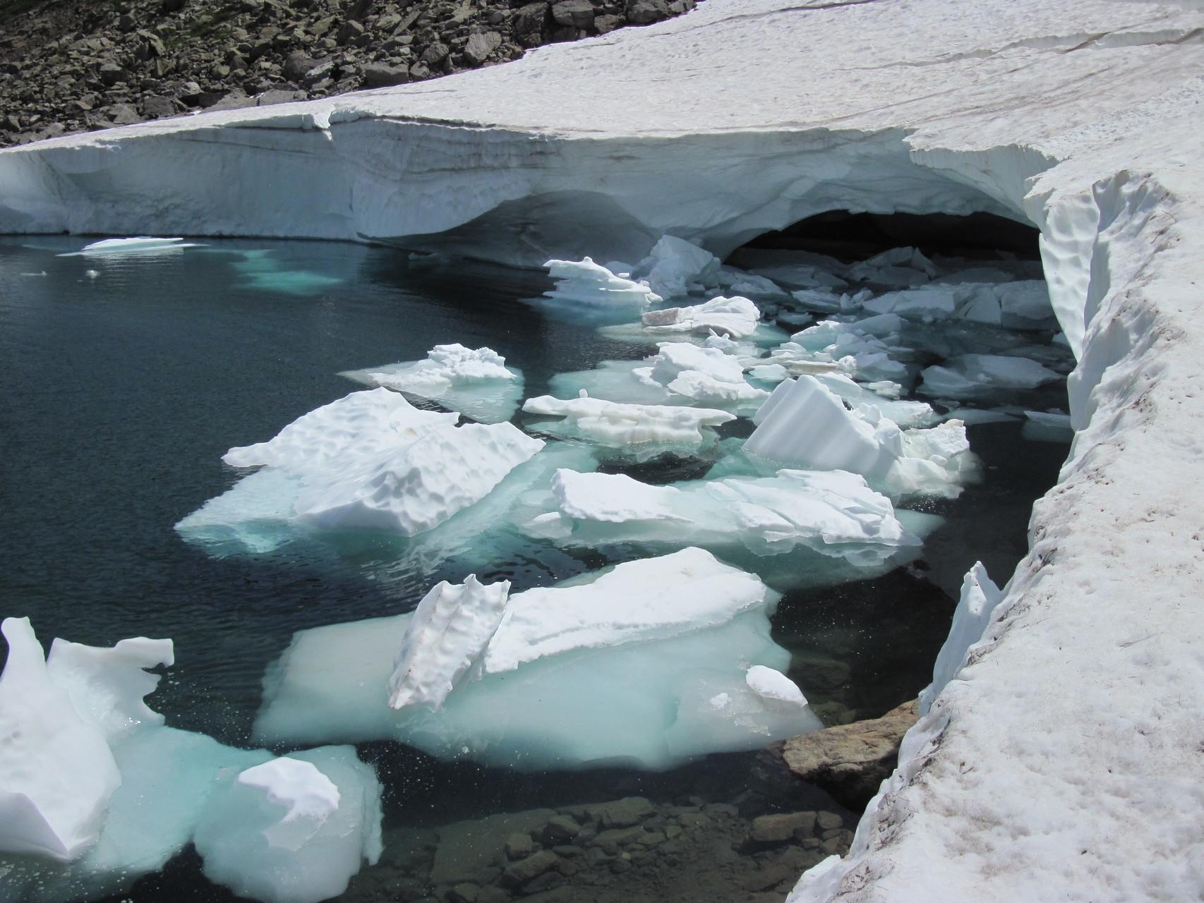 Schneeresten im Tschawinersee