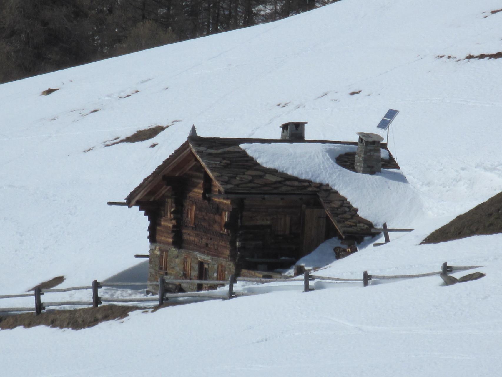 noch ziemlich eingeschneite Hütte