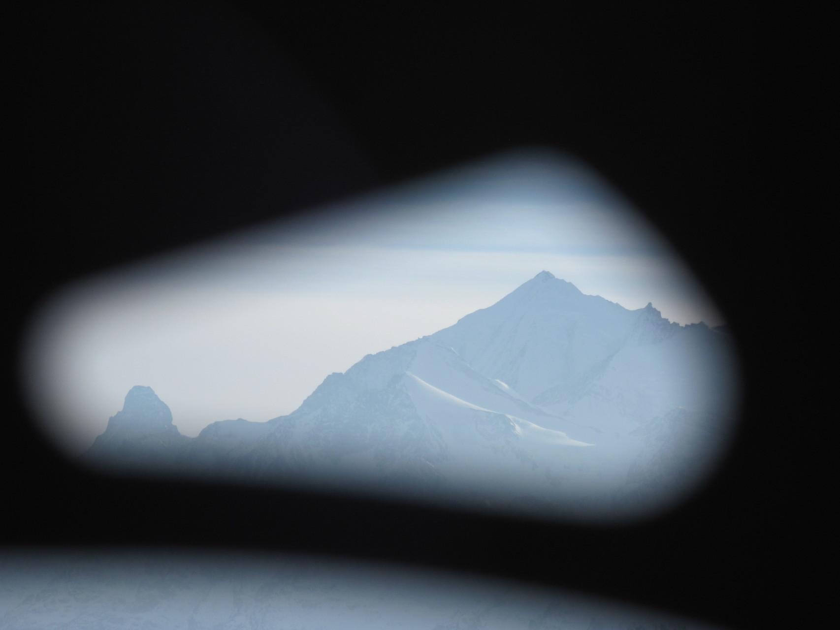 Blick durch die Schneeschuhe zu Matterhorn und Weisshorn