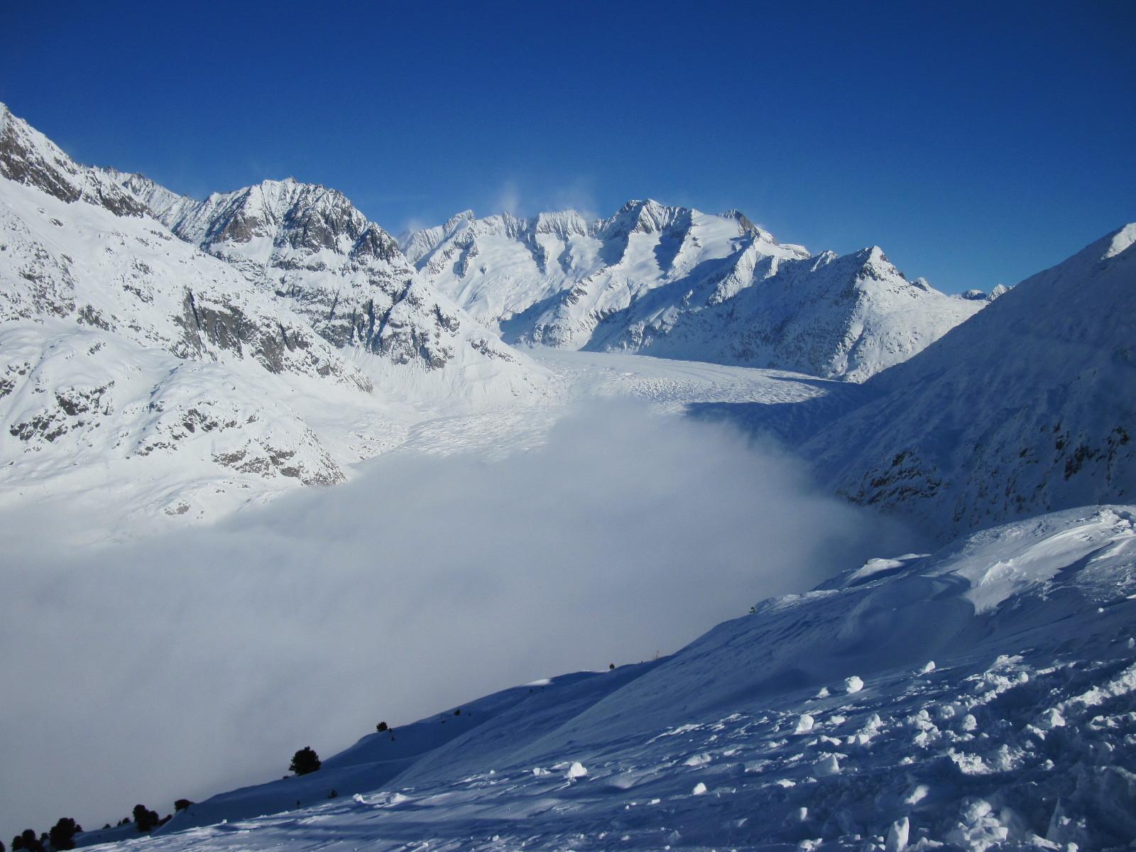 Der Nebel zieht über den grossen Aletschgletscher