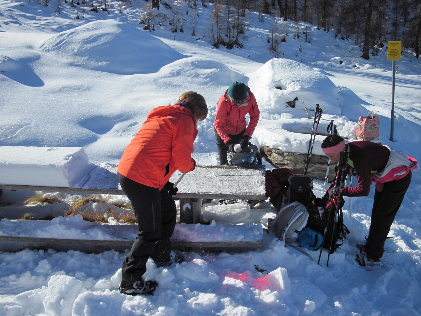 Tisch vom Schnee räumen
