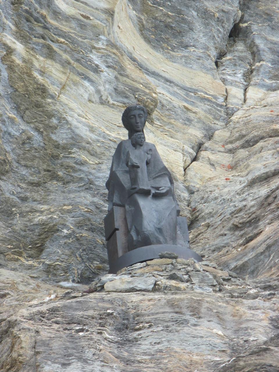 Statue beim Einstieg zum Horu