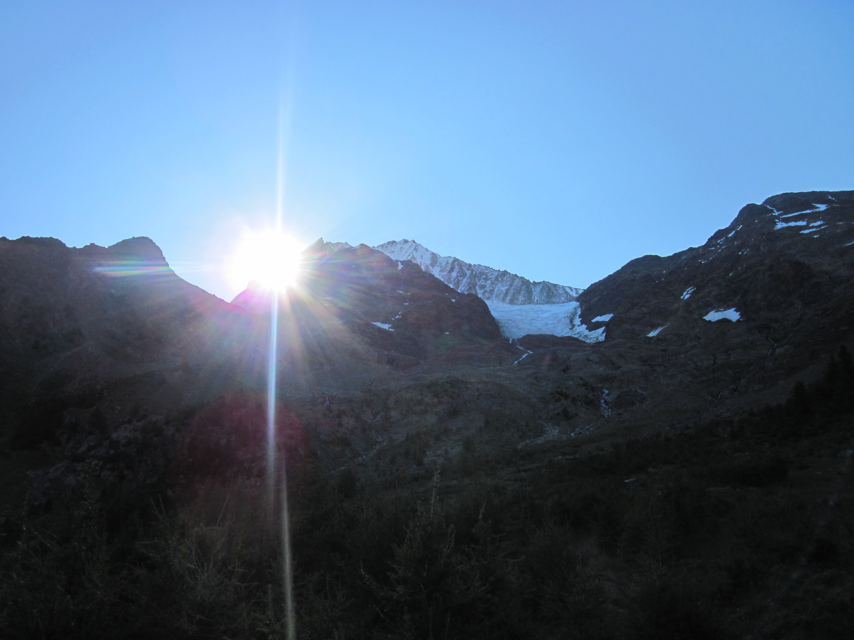 Die Sonne guckt über das Bietschhorn