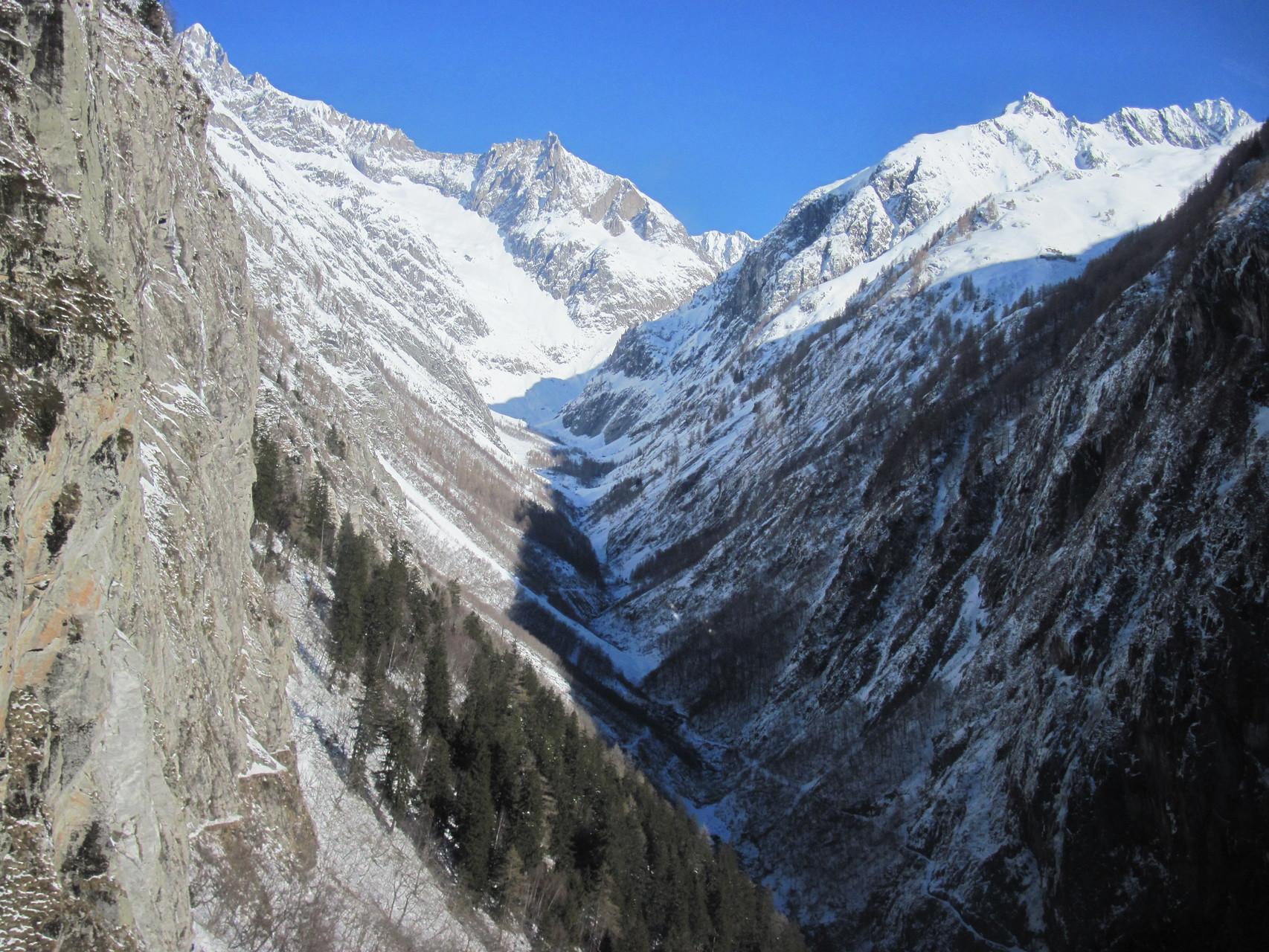 Das vordere Baltschiedertal aus dem Helikopter der Air Zermatt
