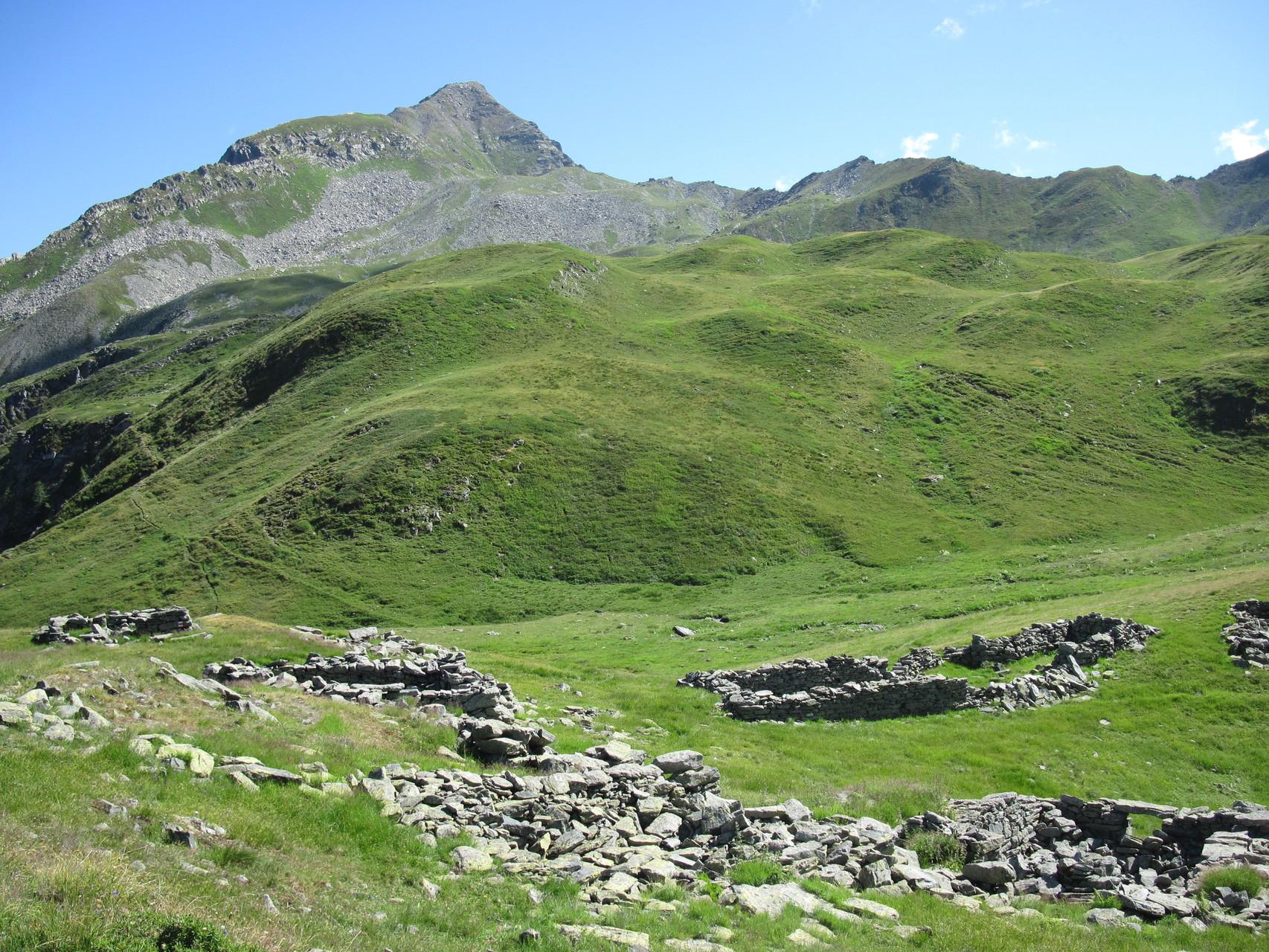 Alpe Pontimia (alt), im Hintergrund Pizzo Straciugo