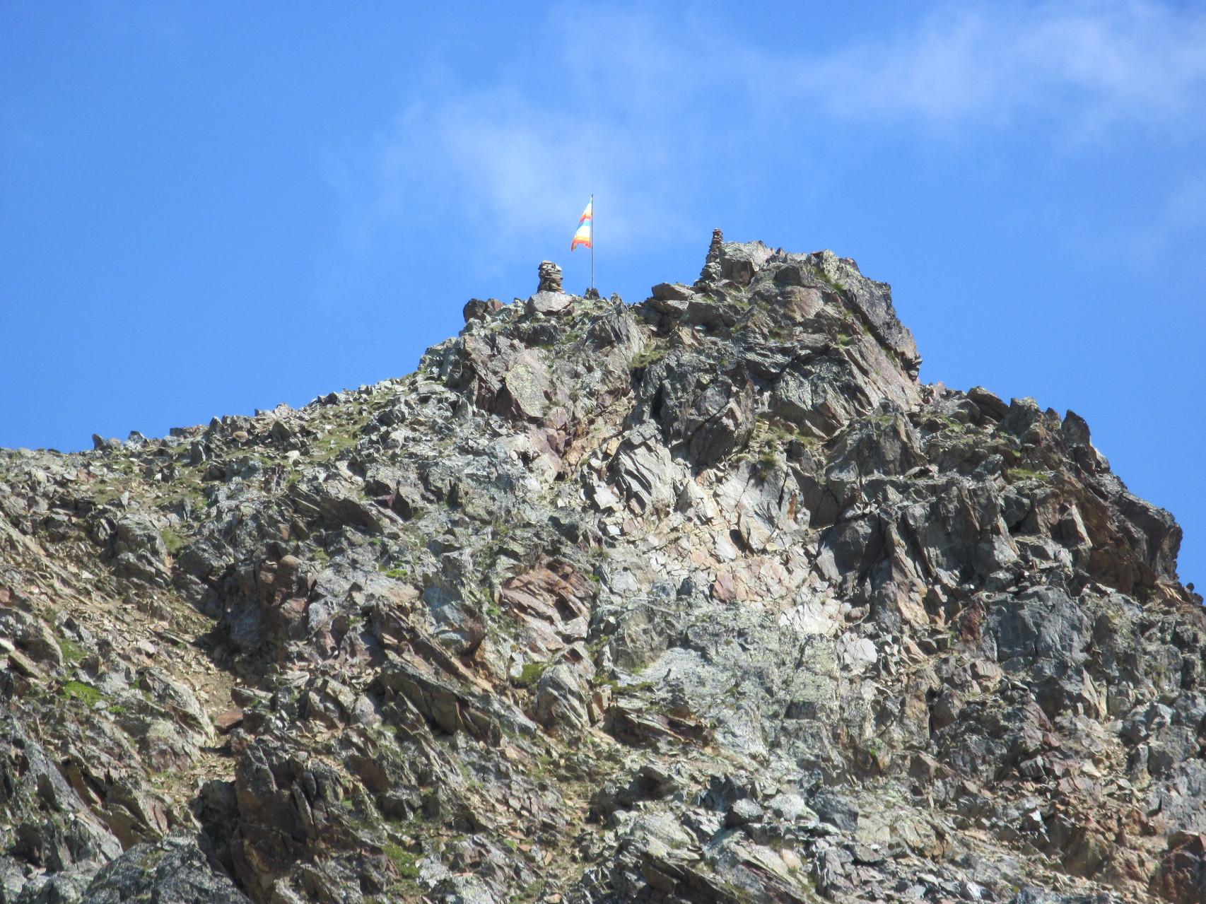 Friedensfahne oberhalb der Hütte