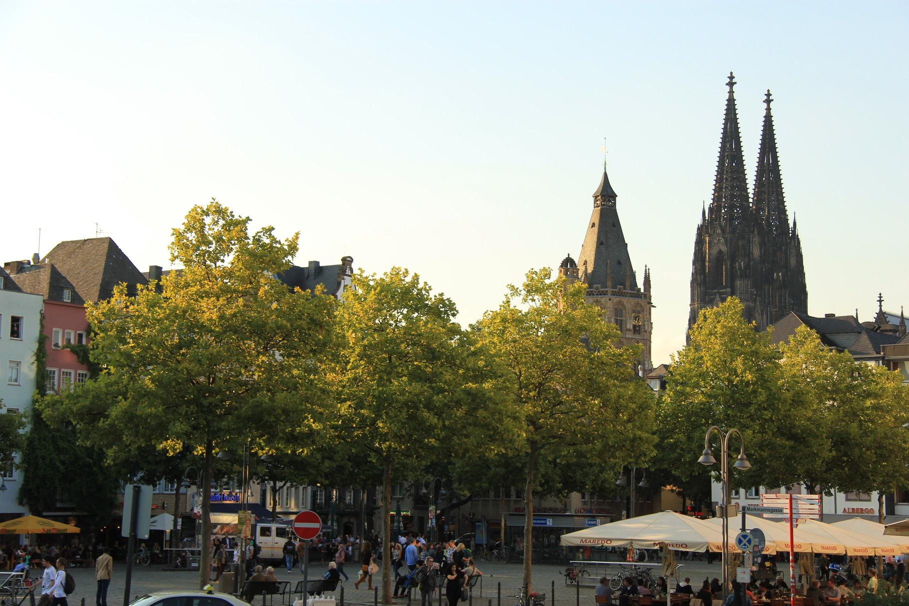 Bei einer Mittelalter-Tour sehen wir am Ende vom Heumarkt aus Rathausturm und Kölner Dom