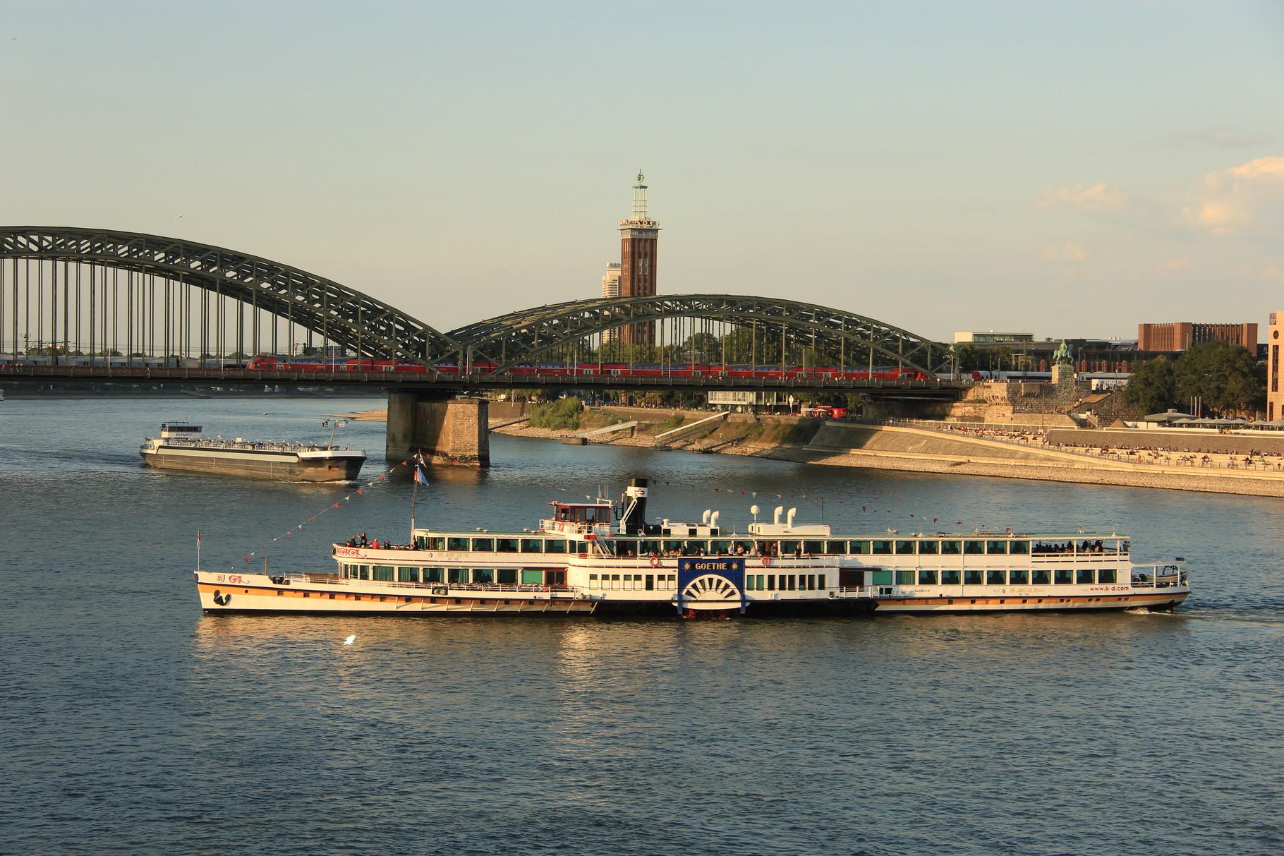 """Preußen-Tour - Blick auf den Rhein und Hohenzollernbrücke mit Schaufelrad-""""Dampfer"""" Goethe (1913)"""