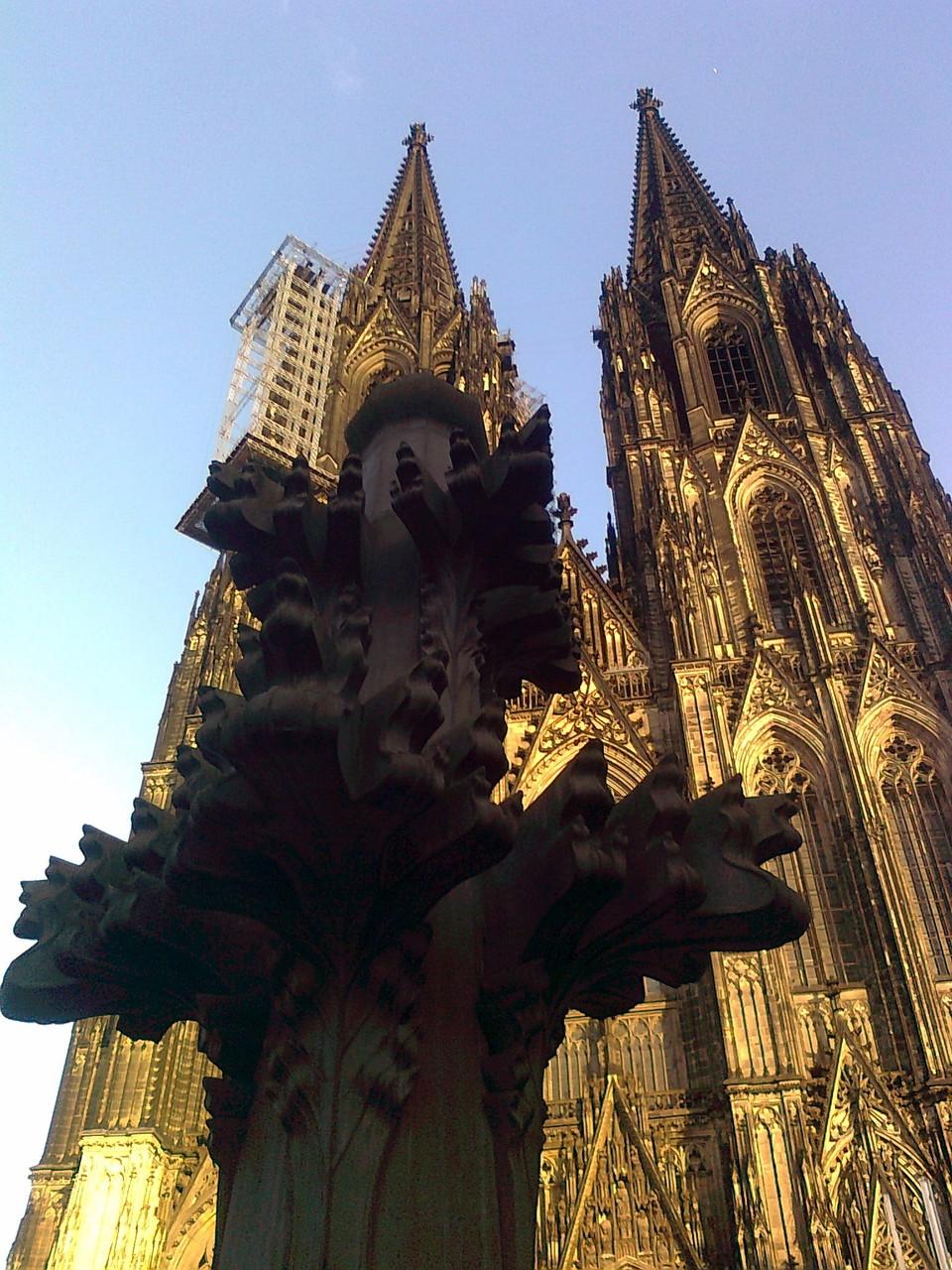 Startpunkt der Kölner Dom Führung: Die Kreuzblume vor der Westfassade