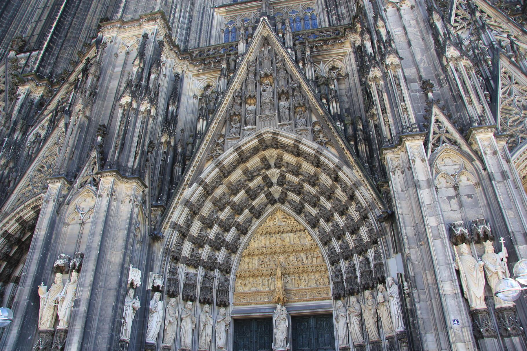 Durch das Marienportal (Haupteingang) betritt man die Kathedrale bei der Kölner Dom Führung