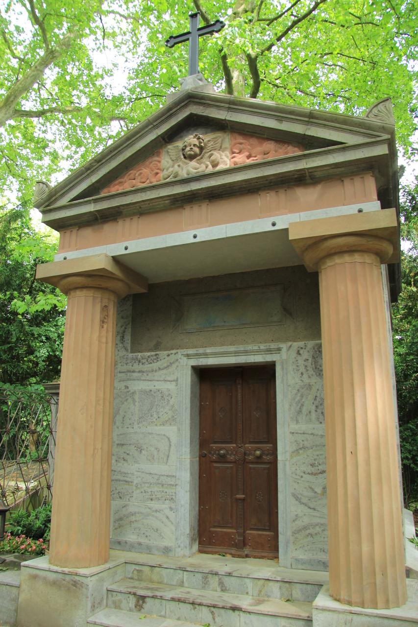 Bei der FÜHRUNG über den Melatenfriedhof sehen wir auch tempelartige Grabmäler wie das von E. Himmelseher
