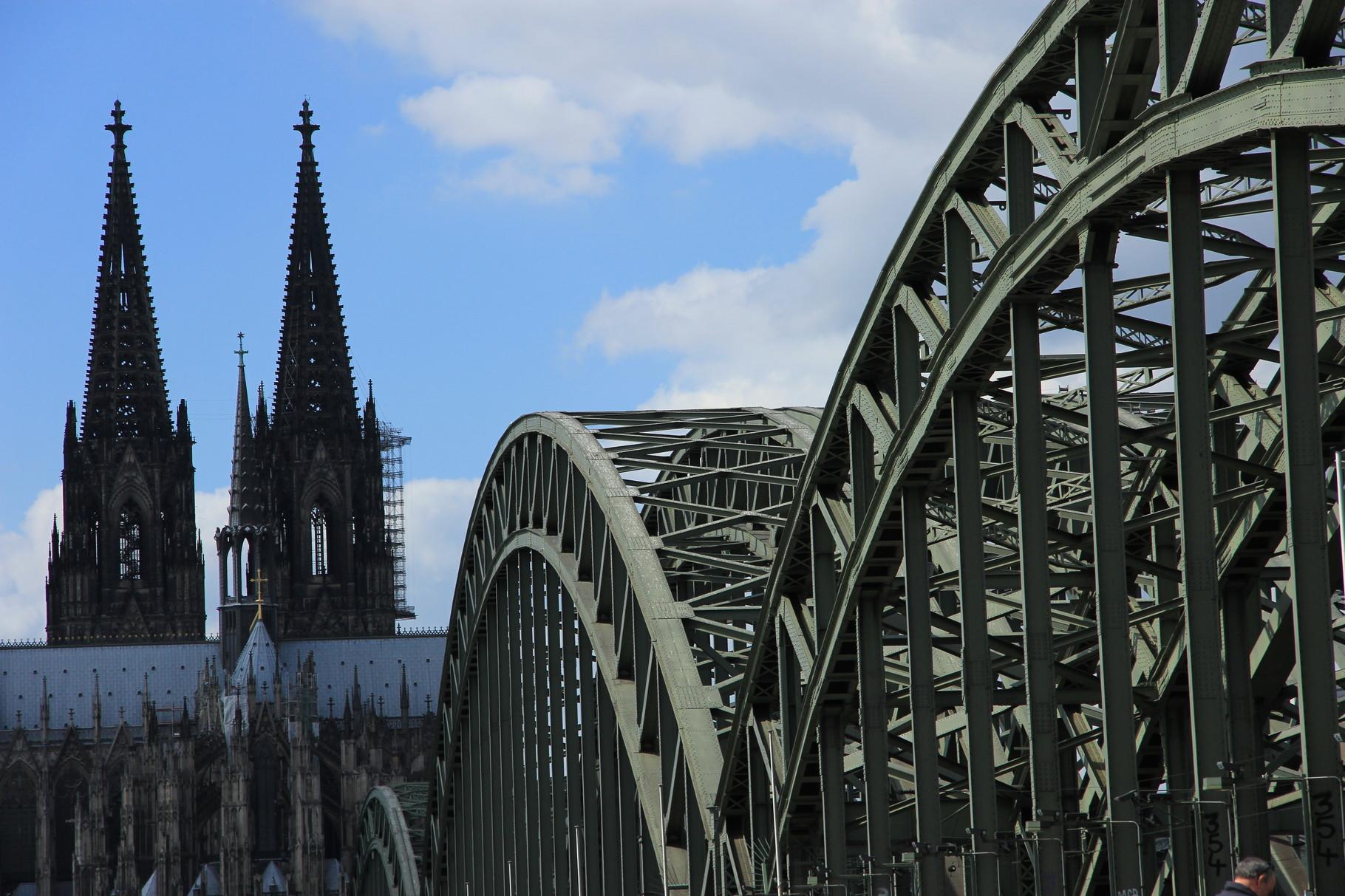 """Preußen-Tour - Blick auf Hohenzollernbrücke (1911) und Kölner Dom (""""vollendet"""" 1880)"""