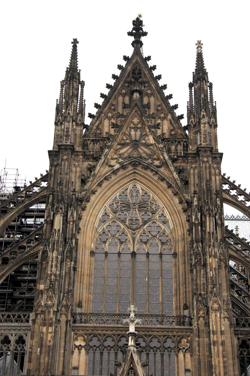 """Auch das Südportal aus dem 19. Jh. mit """"Richter""""-Fenster (2007) ist bei einer Domführung zu sehen..."""