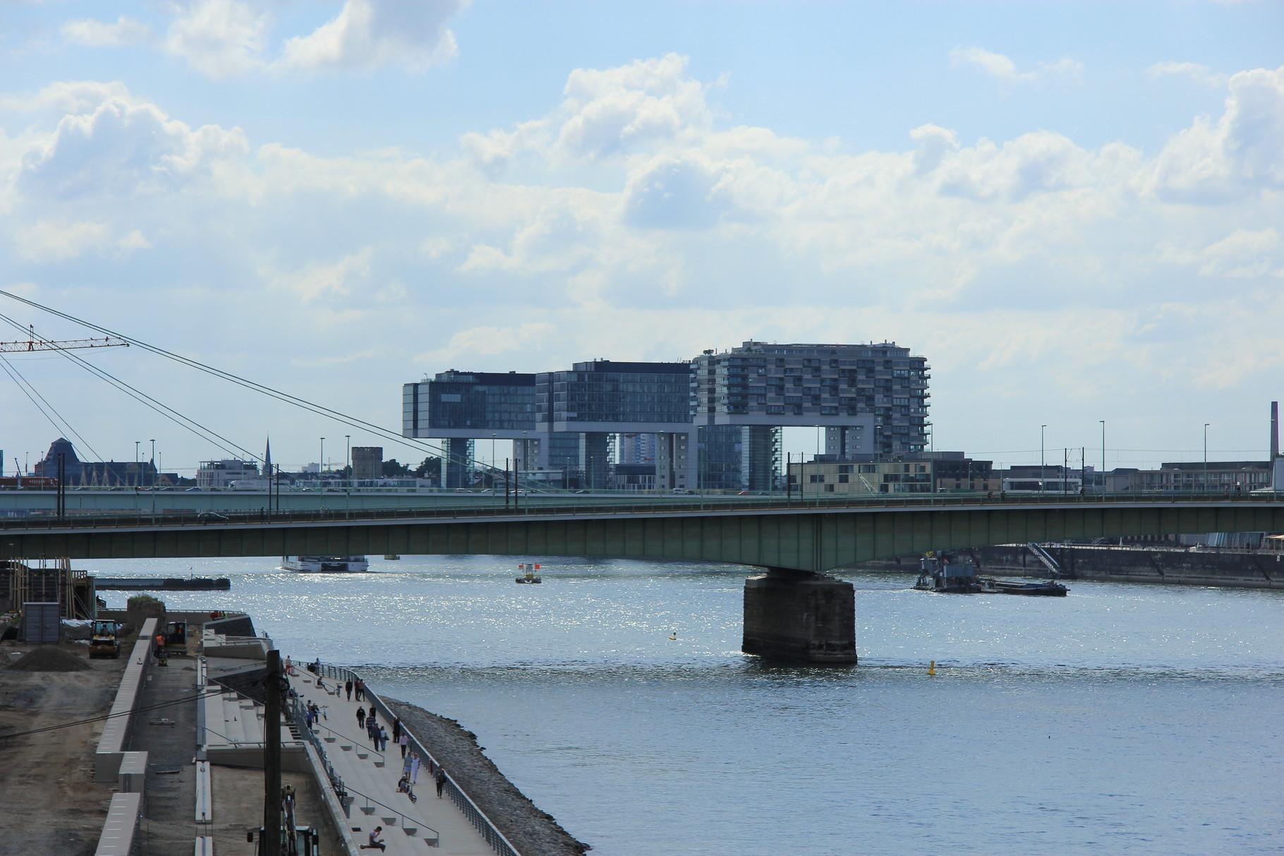 Geführte Fahrradtour - Blick auf die Deutzer Brücke und die Kranhäuser
