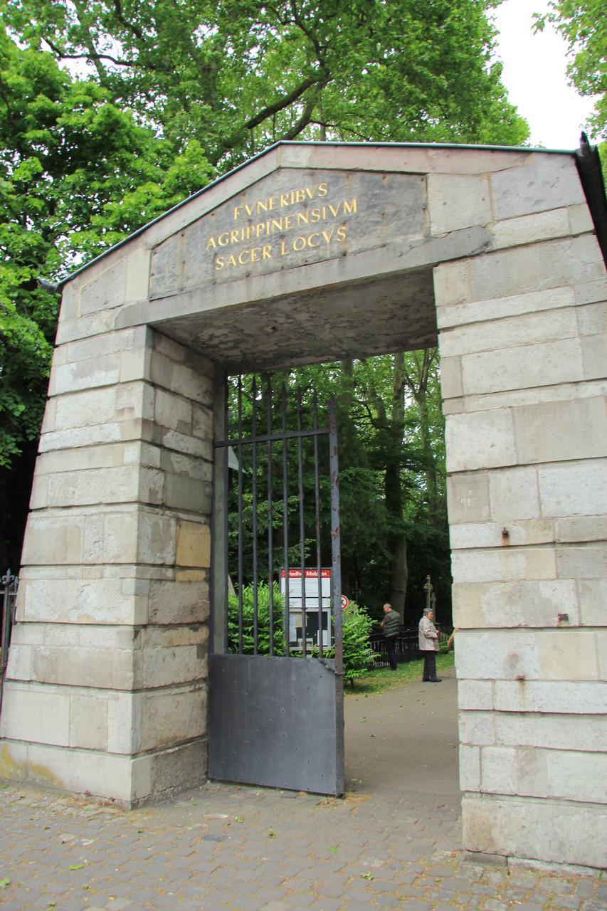 Das alte Hauptportal des Melatenfriedhofs von 1810