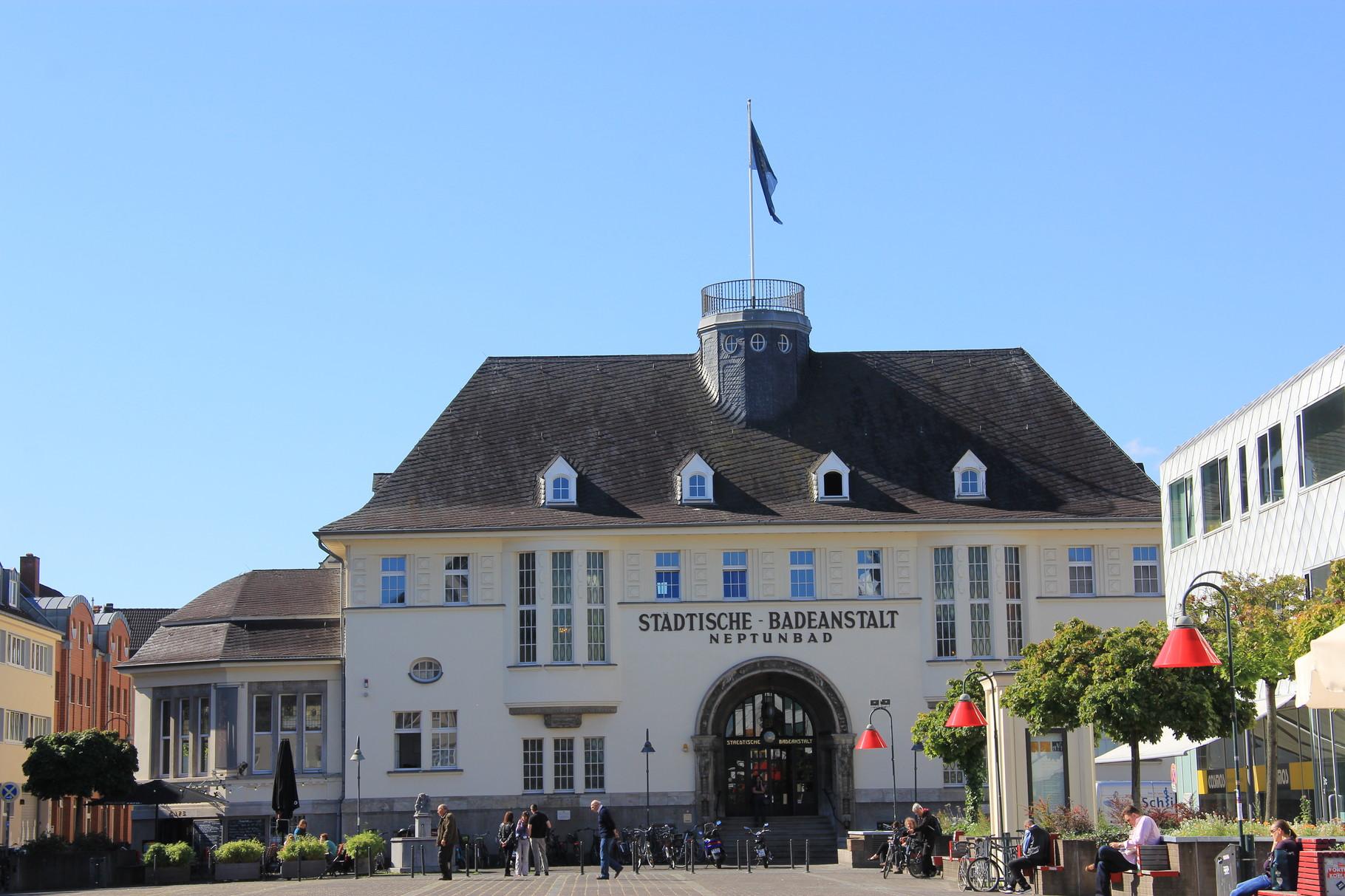Auch das älteste Vorortbad Köln, das NEPTUNBAD von 1912, ist Teil der Führung