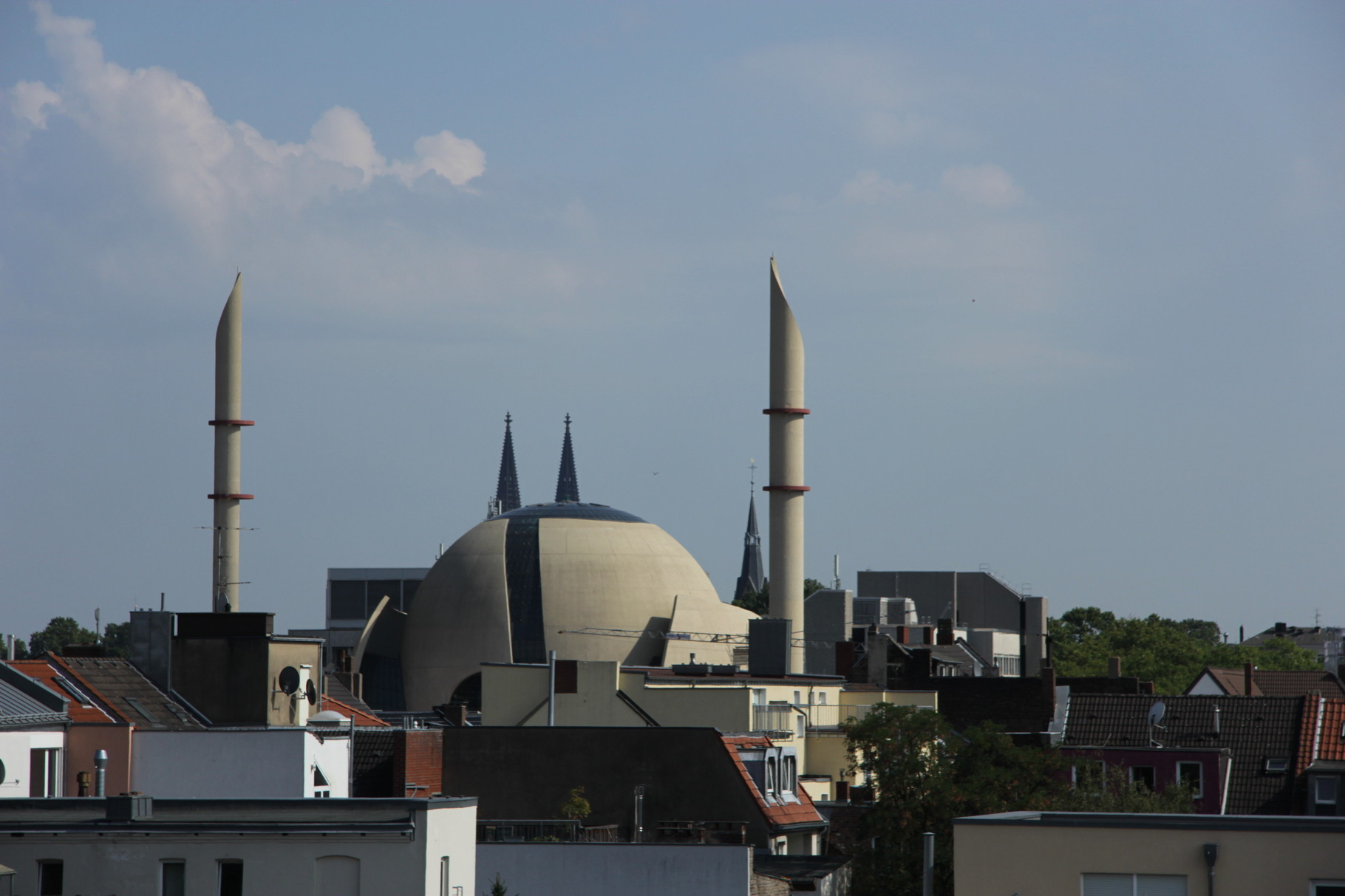 Blick bei der Tour von der Mitte Ehrenfelds auf Zentralmoschee und Domspitzen.